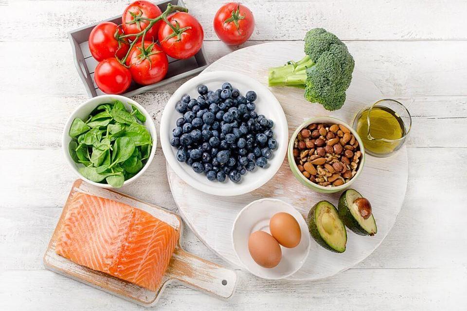 Важно уделять внимание правильному питанию, чтобы обеспечить мозгу достаточное количество витаминов, минералов и жирных кислот