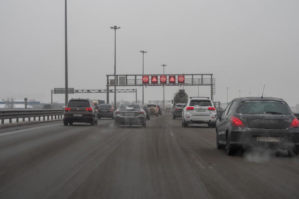 На участке внешнего кольца КАД в районе развязки с Московским шоссе до конца августа перекроют две полосы движения