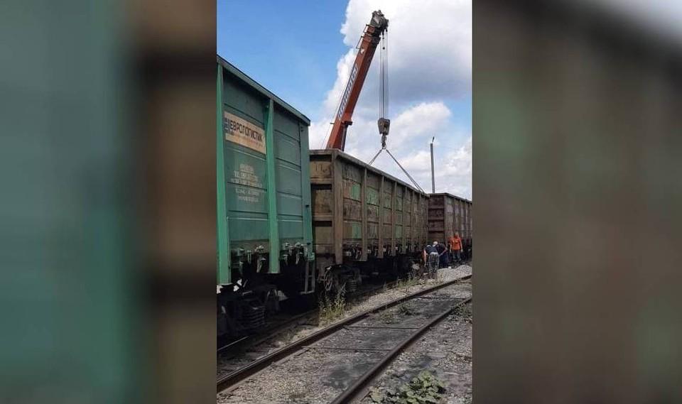 Вагон поставили на рельсы с помощью крана. Фото: Уральская транспортная прокуратура