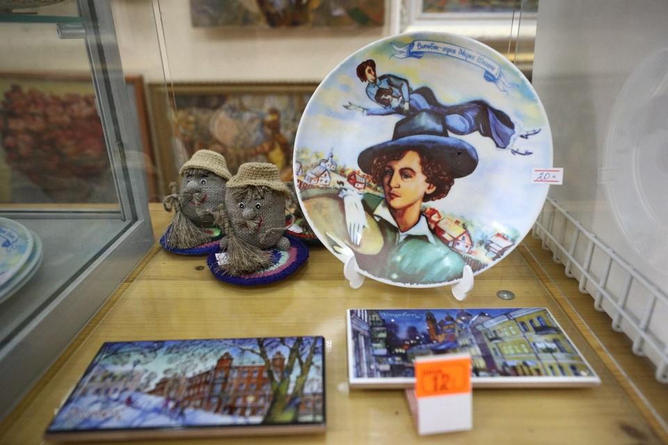 Сувениры с картинами Шагала пользуются спросом у всех гостей фестиваля. Некоторые даже заказывают копии.