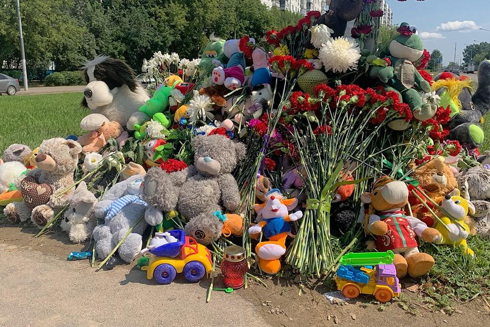 Гора детских игрушек у места ДТП на улице Авиаторов.