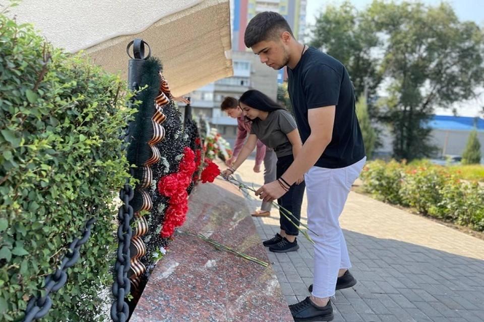 Цветы возложили школьники и гимназисты. Фото: сайт администрации Ростова