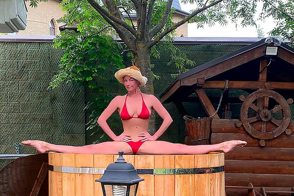 Анастасия Волочкова на роскошной вилле принимает солнечные ванны и демонстрирует свои микро бикини.