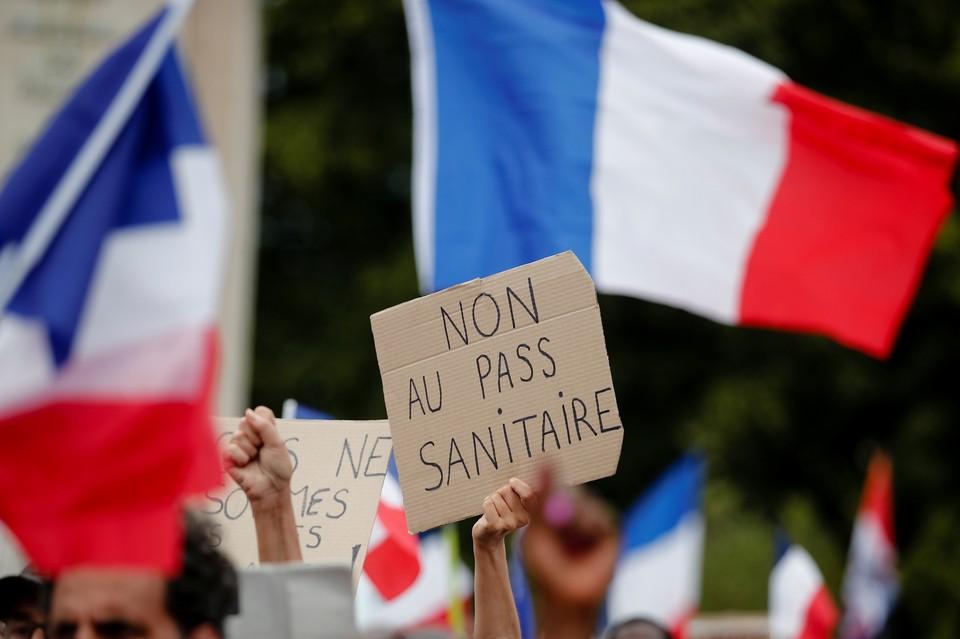 Французы вышли на улицы, протестуя против строгих противопандемийных норм.