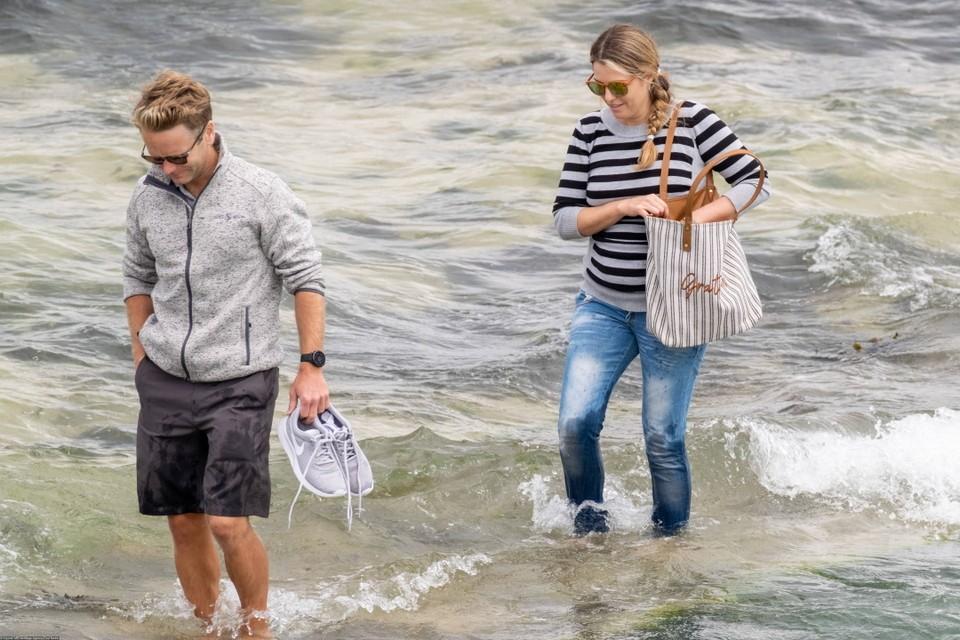 Круза доставили на борт лодки тайно, однако журналисты успели заметить звезду