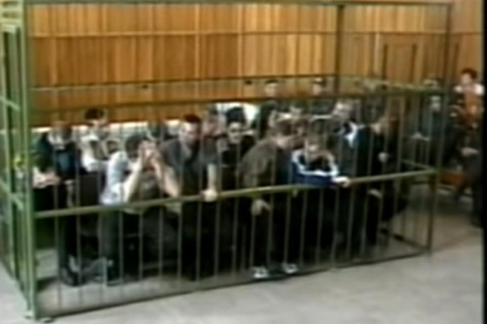 В деле, которое раскрыл Анатолий Заремба, на двух скамьях подсудимых оказались более 30 человек, их общий срок составил 300 лет. Фото: стоп-кадр видео следствия
