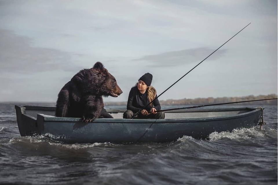 Британцы поверили в дружбу девушки с медведем. Фото: Ольги Бурмистровой с сайта instagram.com/ol.burmistrova.photo/