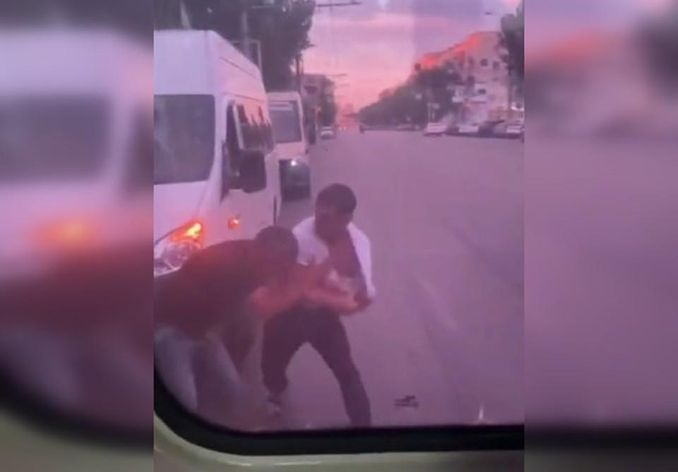 """Водители подрались на остановке """"Торговый центр"""". Кадр с видео: t.me/r_chp."""