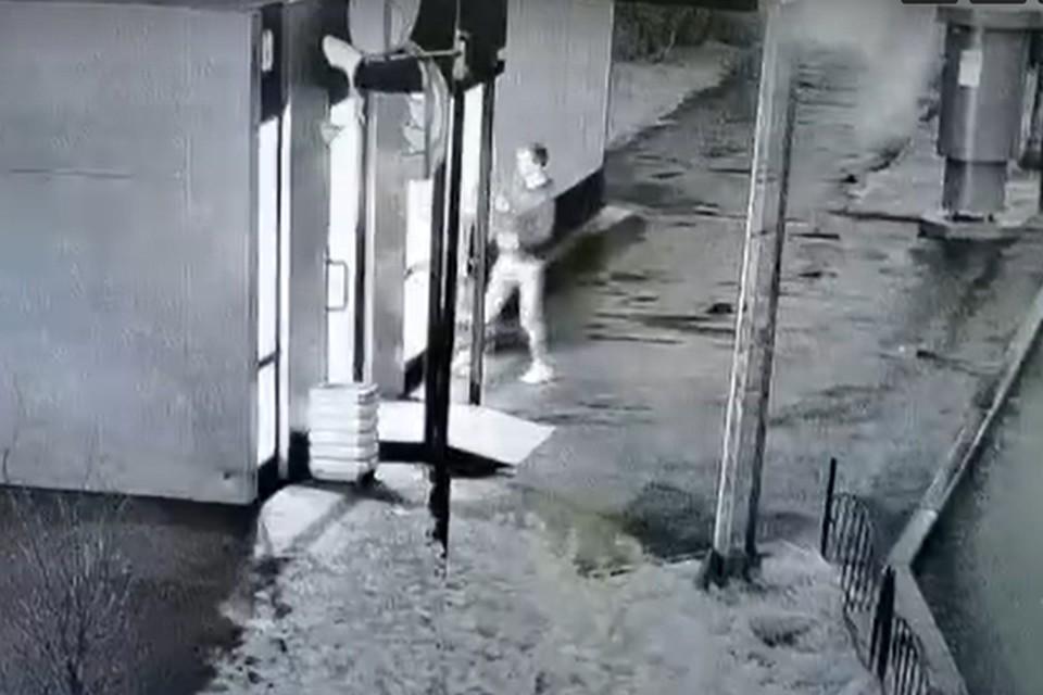 Фото: скриншот с видео. Не исключено, что в момент происшествия мужчина был пьян.