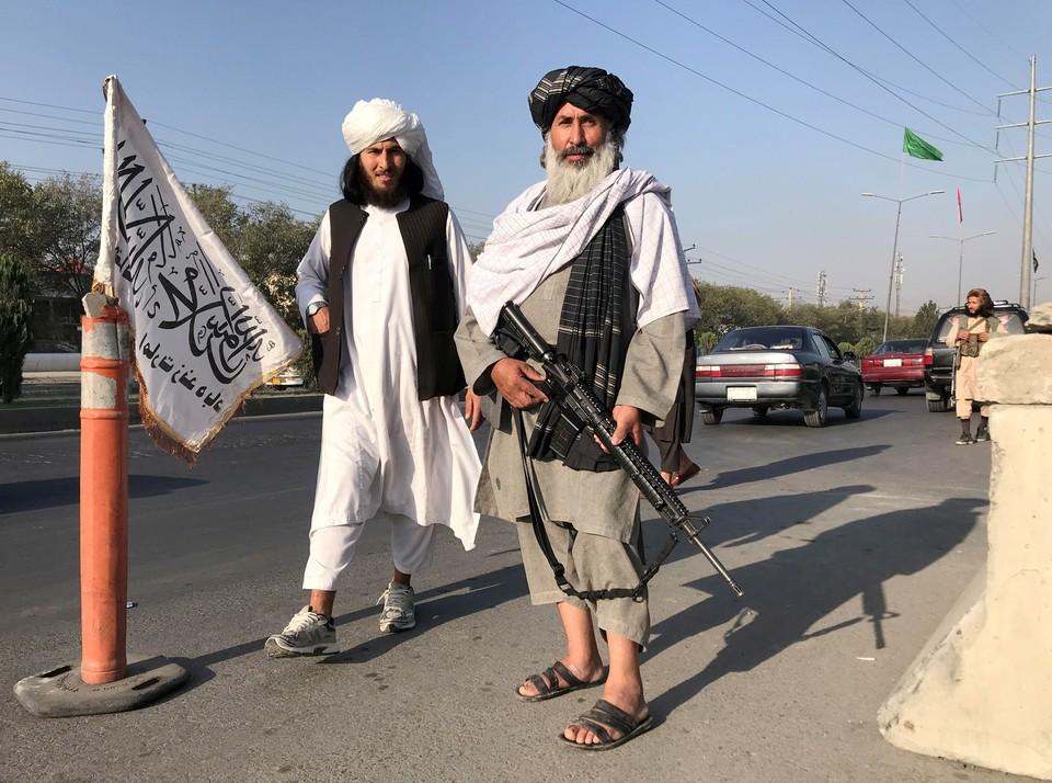 """Мимо боевиков """"Талибана""""* в Кабуле просто так не пройти – нужно показать телефон: те ищут не только доказательства контактов с властями, но и разный компромат."""