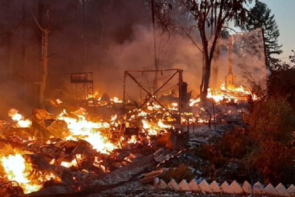 На месте работают 10 единиц пожарно-спасательной техники и 31 человек личного состава Фото: МЧС по Свердловской области