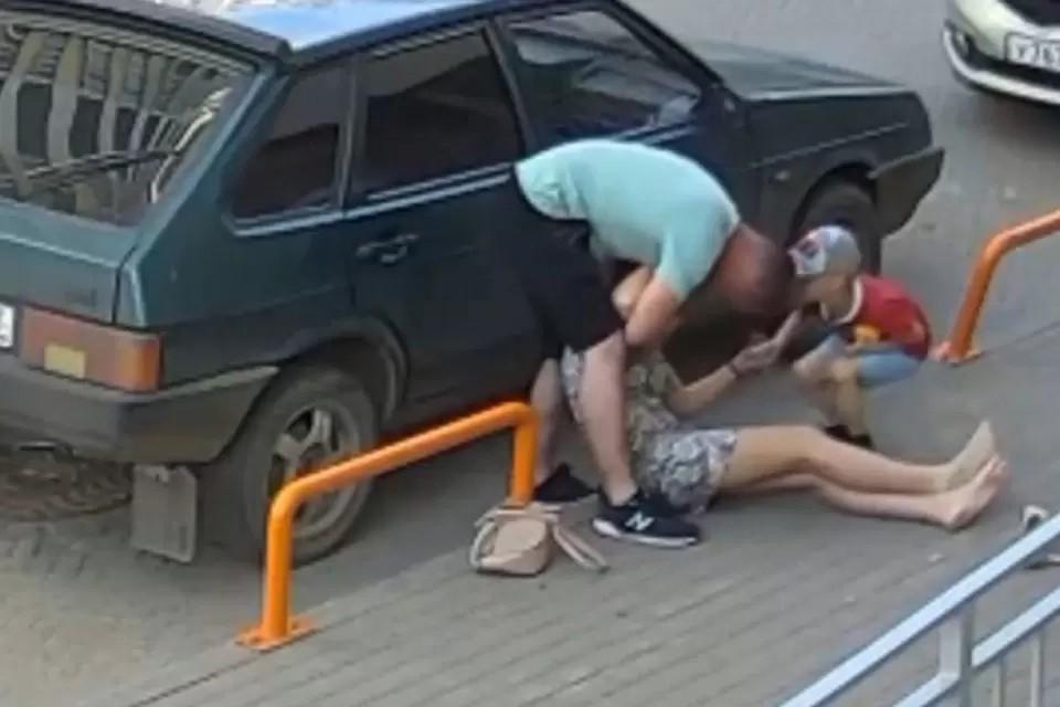 Поступок кировчанина охарактеризовали как «умышленное причинение легкого вреда здоровью». Фото: скрин с видео vk.com/kirov_news