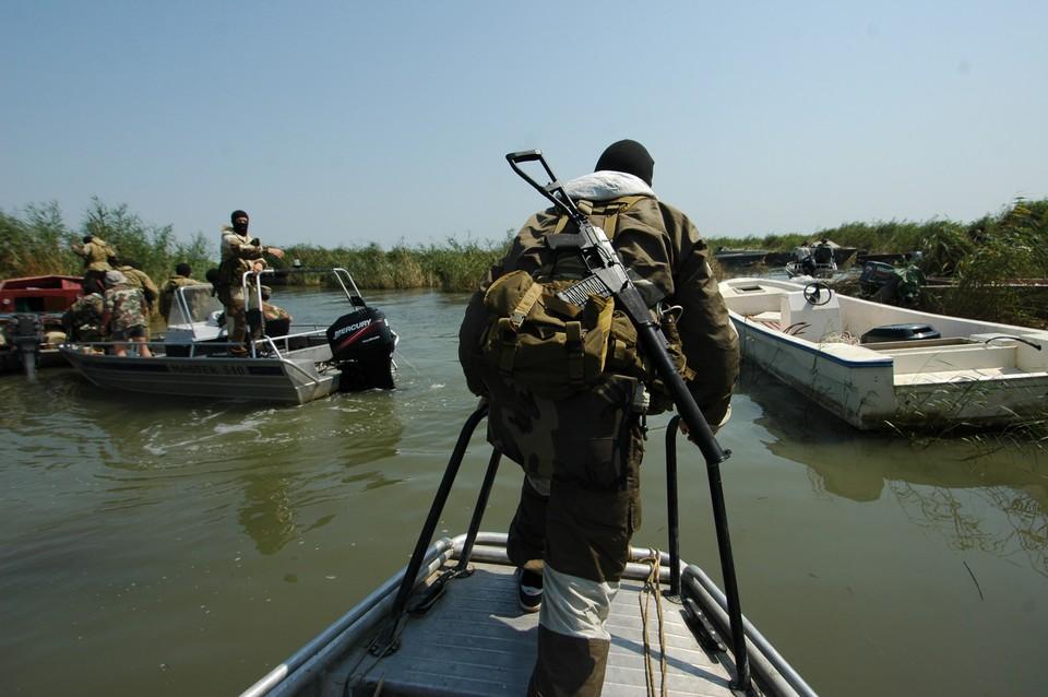 Сотрудники спецслужб выслеживают браконьеров на нерестовых реках