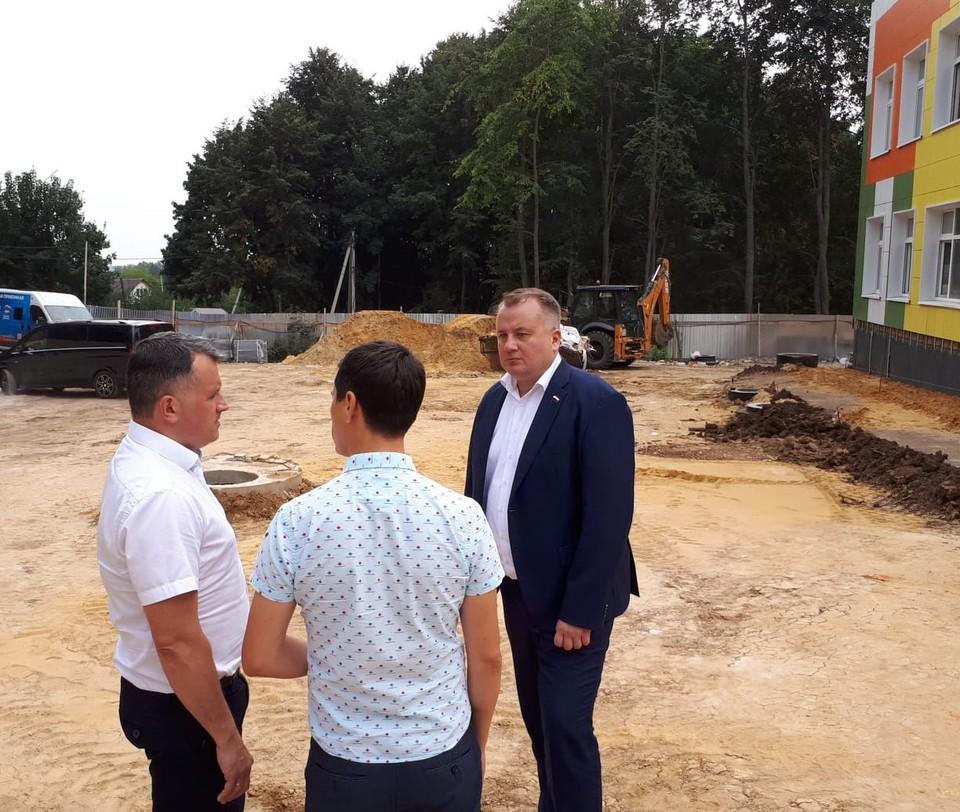 Виктор Дзюба побывал на стройплощадке детского сада в селе Крапивна Щекинского района.