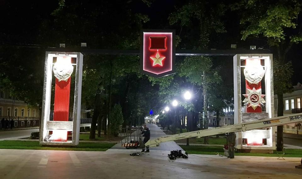 В Смоленске «Золотую звезду» на стеле в сквере Клименко обновили. Фото: пресс-служба администрации города Смоленска.