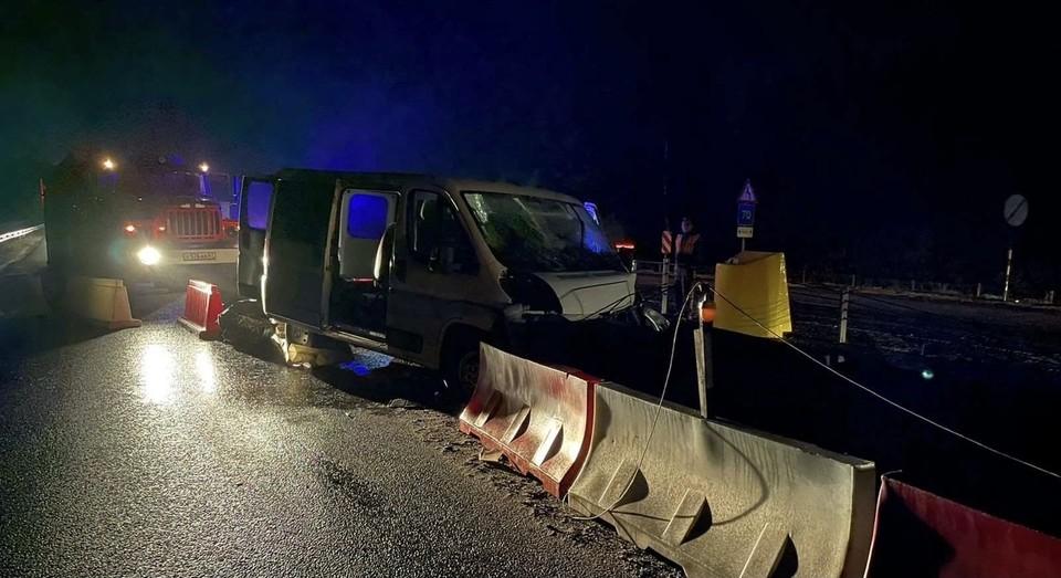 Автомобиль Peugeot въехал в ограждение на трассе М-1 в Вяземском районе. Фото: пресс-служба ГУ МЧС по Смоленской области.