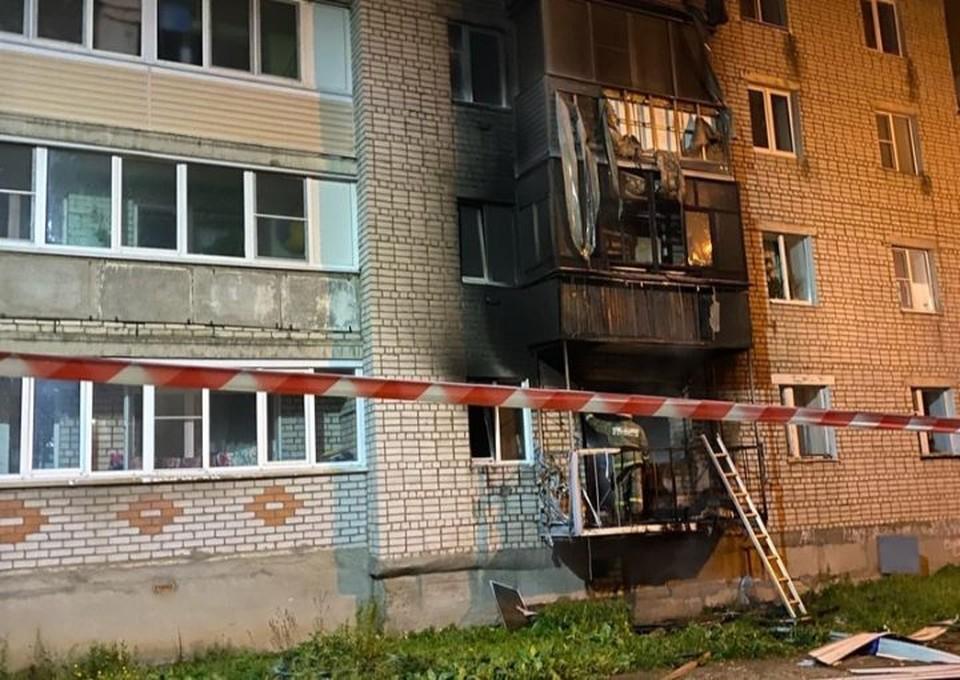 Загорелся балкон на первом этаже, за ним - на втором. ФОТО: читатель КП