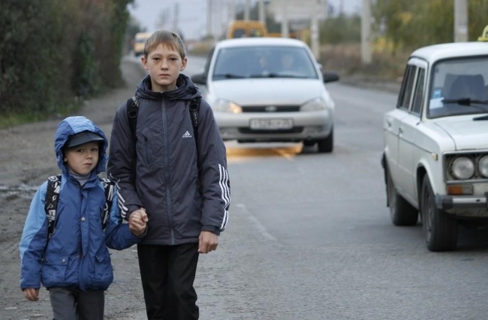 Одна из основных задач родителей – научить своего ребенка правильным действиям на дороге.