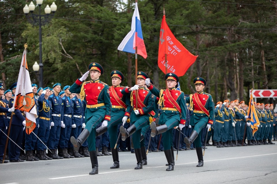 По Южно-Сахалинску прошли расчеты военнослужащих 68-го армейского корпуса, силовых структур и МЧС