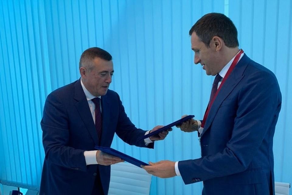 Губернатор Валерий Лимаренко и глава компании «Российский экологический оператор» Денис Буцаев подписали соглашение