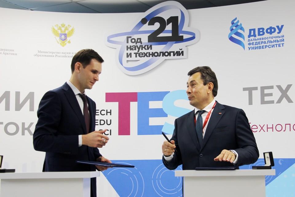 Соглашение подписали и.о. ректора ДВФУ Алексей Кошель и вице-президент МТС Руслан Ибрагимов