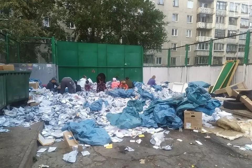 Некоторые прохожие подходили, открывали посылки и забирали их содержимое. Фото: группа «Вконтакте» «Инцидент. Екатеринбург»