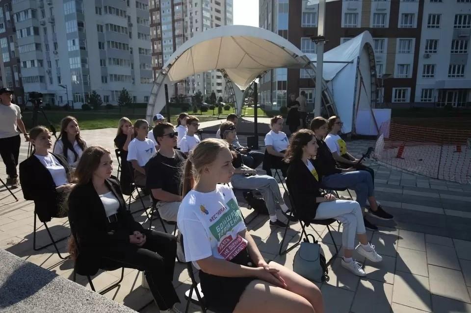 В симферопольской школе занятие в интерактивной форме: школьники использовали посты, фото, видео и аудио. Фото: Российское общество «Знание»/Вконтакте