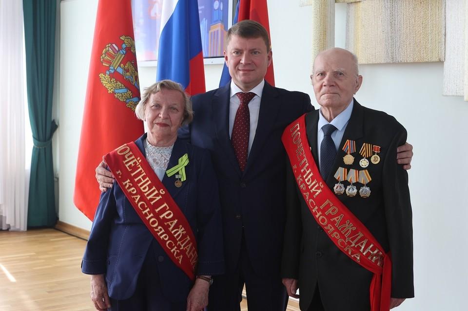 Валентина Антонова и Виктор Наумов вместе с Сергее Ереминым. Фото: мэрия Красноярска
