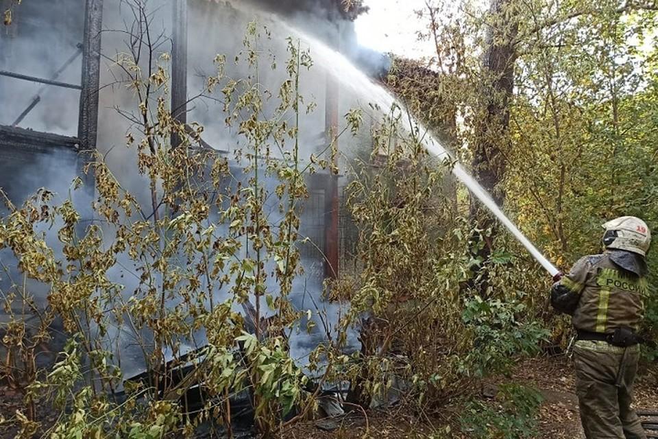 Огонь охватил 80 квадратных метров кровли и стен. Фото: МЧС по Свердловской области