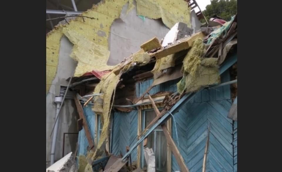 Стена храма обрушилось на стоящее рядом здание. Фото - соцсети
