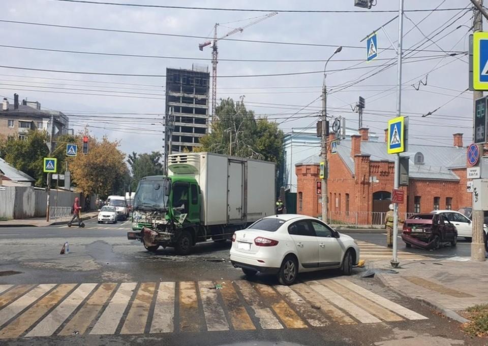 В аварии участвовали две легковушки и грузовик