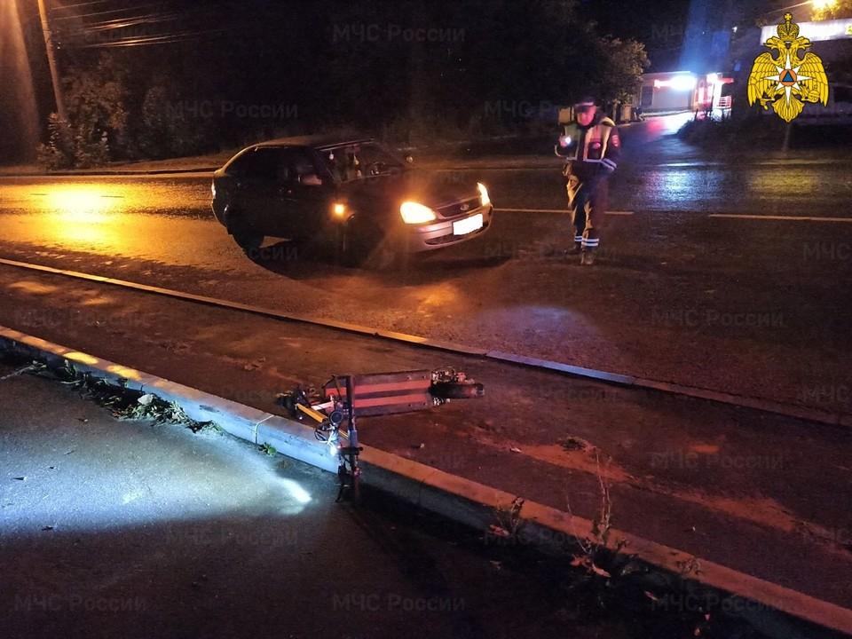 Автомобиль «Лада Приора» врезался в любителя ночной езды на самокате.