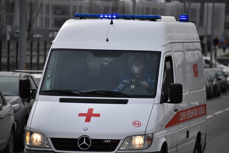 Четверых взрослых и ребенка госпитализировали