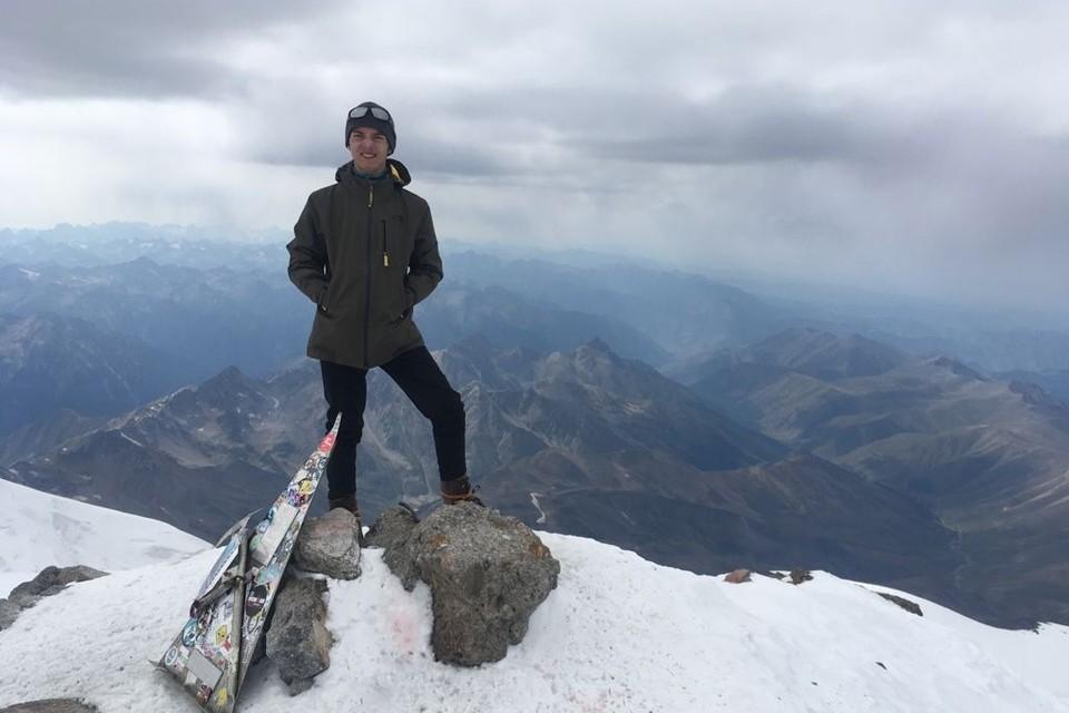 14-летний Андрей Спирин на вершине Эльбруса.