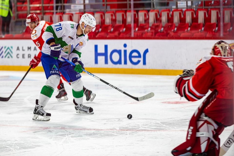Александр Кадейкин забросил вторую шайбу «Салавата» в первом периоде. Фото: пресс-служба ХК «Салават Юлаев»