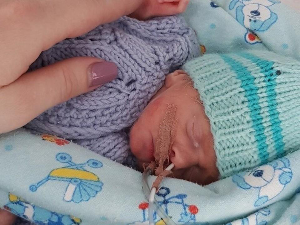 В день, когда Рома родился, он весил всего один килограмм, он до сих пор может кушать только специальные смеси