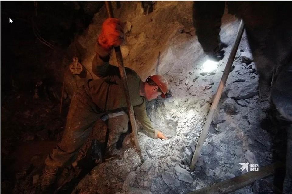 Как оказалось, в 15:00 все шахтеры поднялись на поверхность после завершения трудовой смены