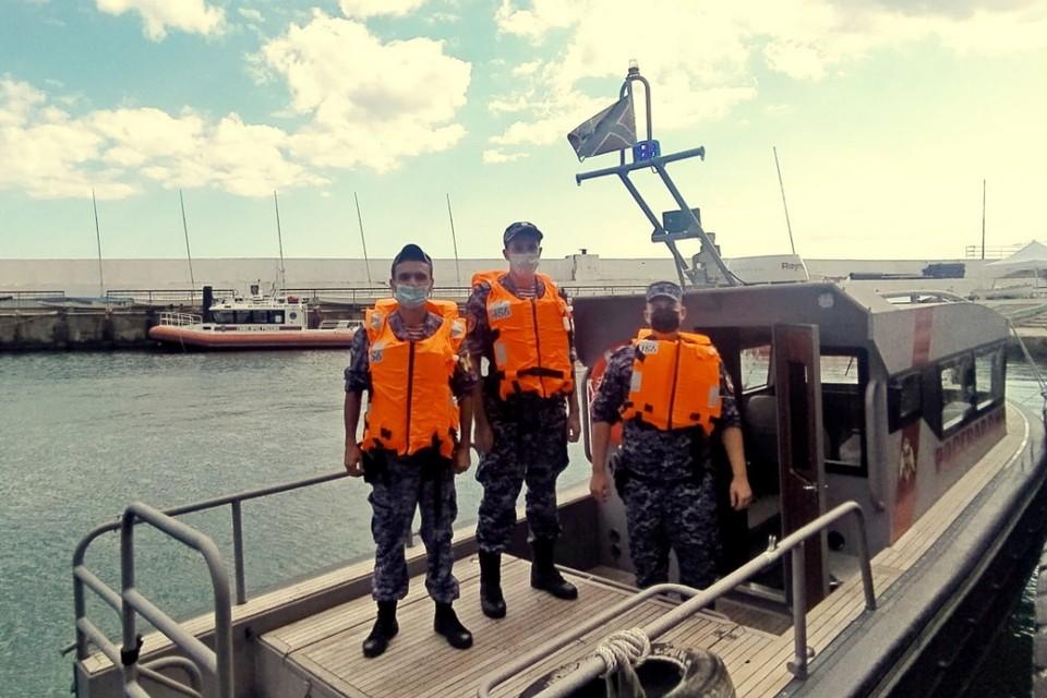В Черном море спасли туриста из Петербурга, тонувшего в пробитом каяке. Фото: пресс-служба Южного округа войск нацгвардии РФ