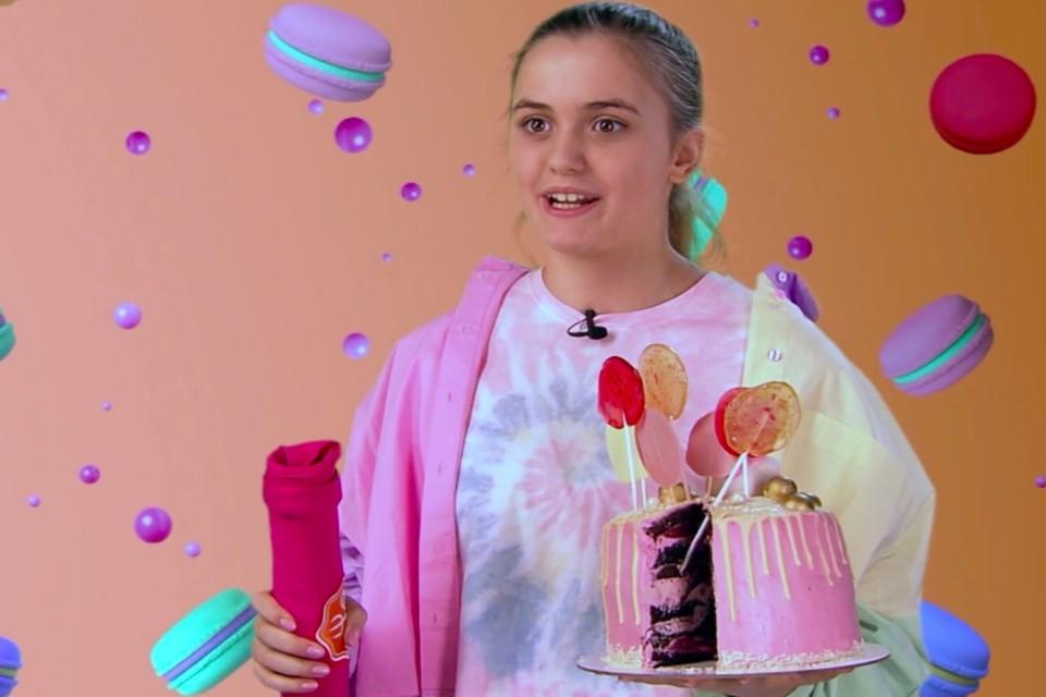 Подросток приготовил и украсил торт сам. Фото: стоп-кадр с видео телеканала «Пятница!»