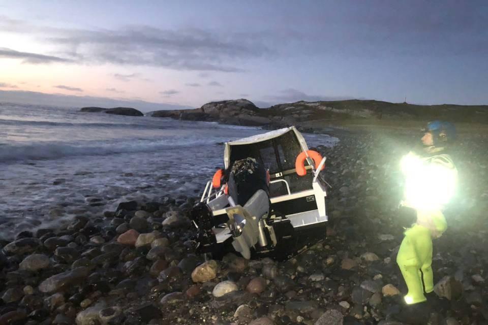 Катер нашли перевернутым на берегу. Фото: Мурманская транспортная прокуратура