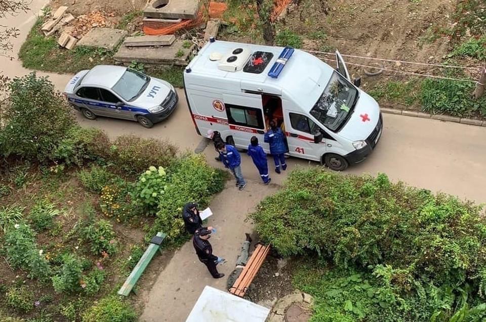 В Алексине, в микрорайоне Петровка возле одного из домов обнаружили труп мужчины