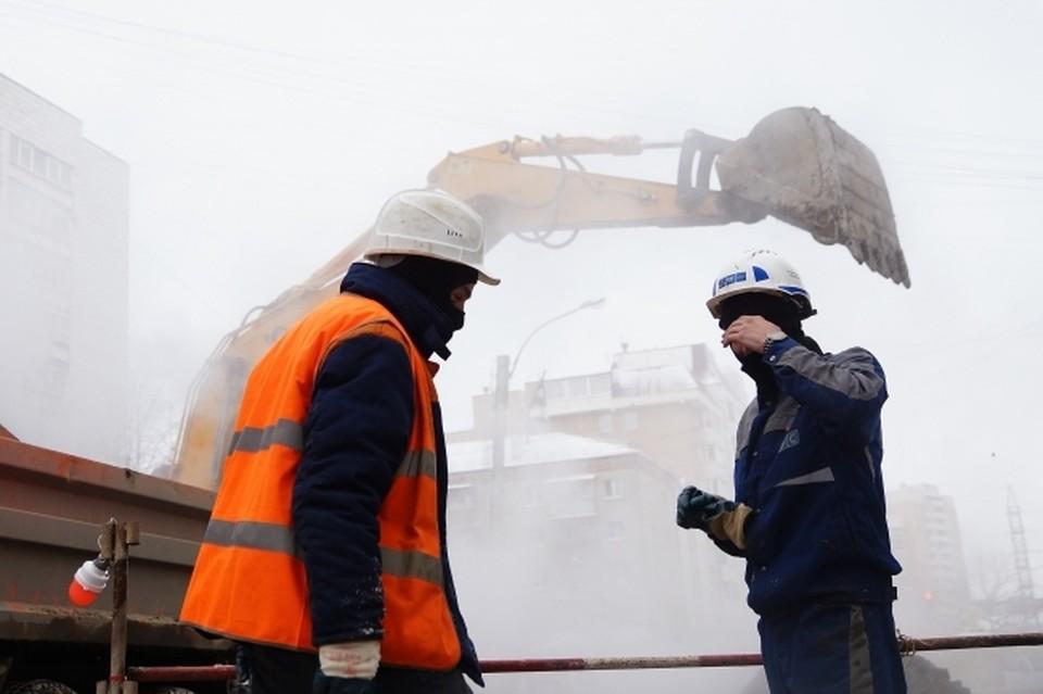 В Омске продолжают ремонтировать трубопроводы.