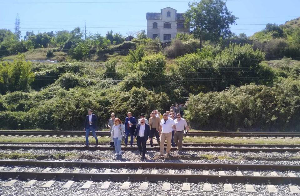 Дорога на Зеленую горку проходит с риском для жизни - через железнодорожные пути. Губернатор видит решение вопроса в строительстве перехода