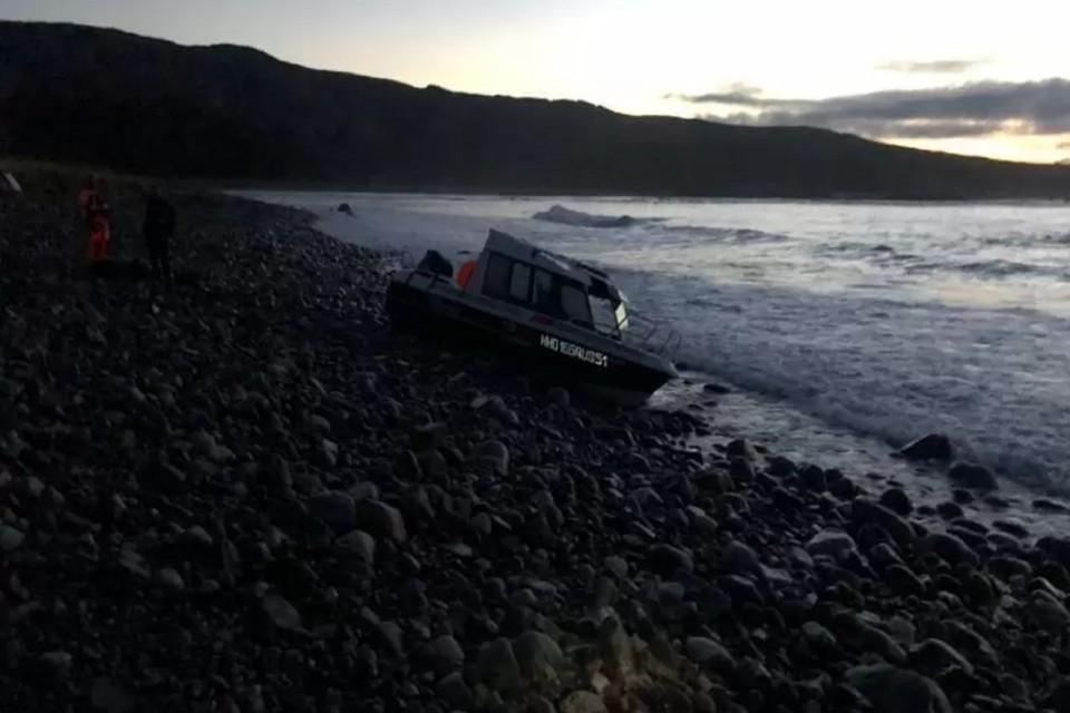 Судно могло опрокинуться из-за волны. Фото: транспортная прокуратура