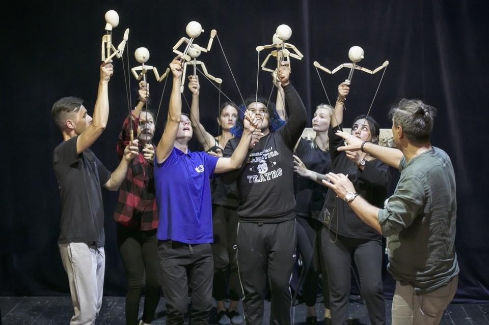 «Тихая песня Луны» в исполнении международной творческой школы-лаборатории впервые прозвучит в день открытия XVIII Международного фестиваля театров кукол «Рязанские смотрины». Фото: vk.com/rzn_puppet