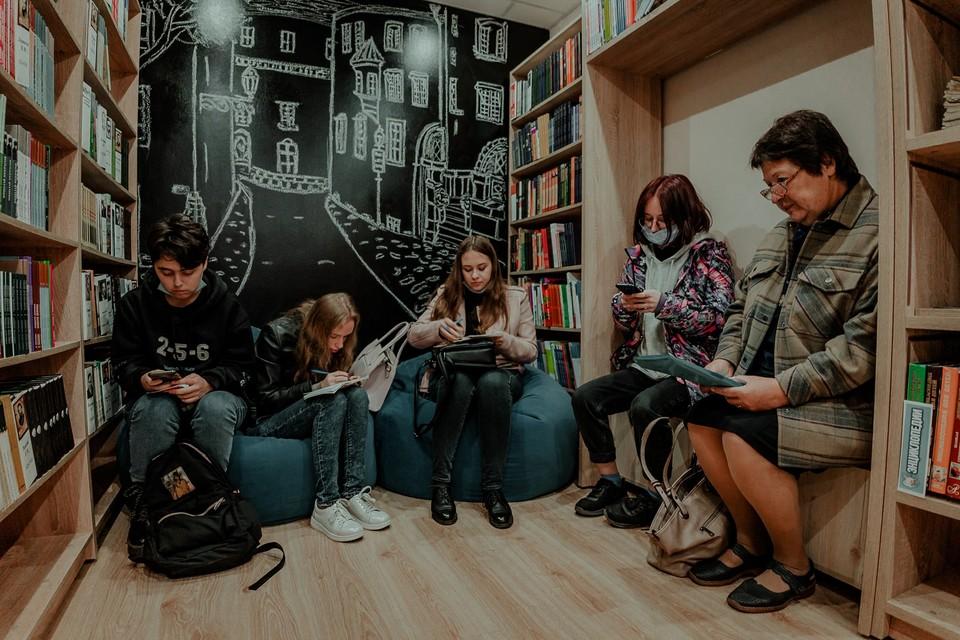 Интерьер обновленной библиотеки выполнен в урбанистичеком стиле