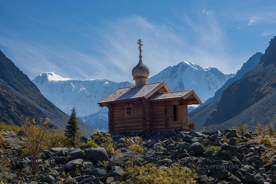 Недавно у подножия в короткие сроки восстановили часовню Архангела Михаила. Фото: Сергей Усик