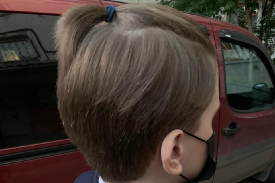 Из-за такой косички мальчика не пустили на урок в класс. Фото: предоставлено мамой мальчика