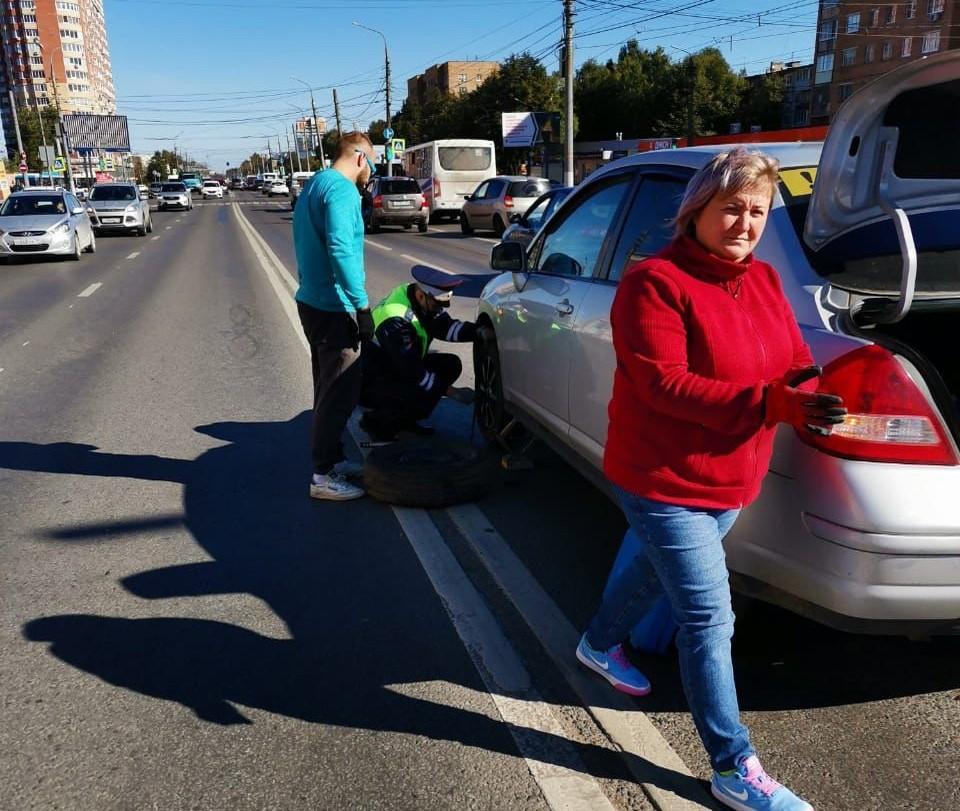 Тульские госавтоинспектора помогли автоледи заменить колесо