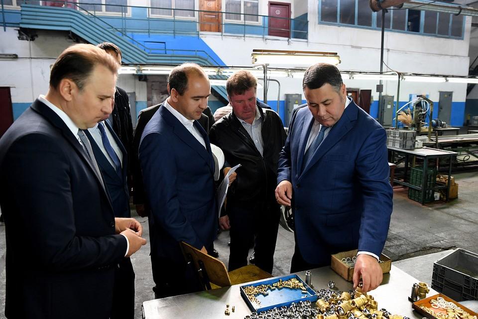 Губернатор на заводе проявил интерес к его продукции.